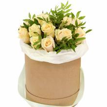 19 кремовых роз в коробке