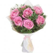 7 нежно розовых роз в зелени